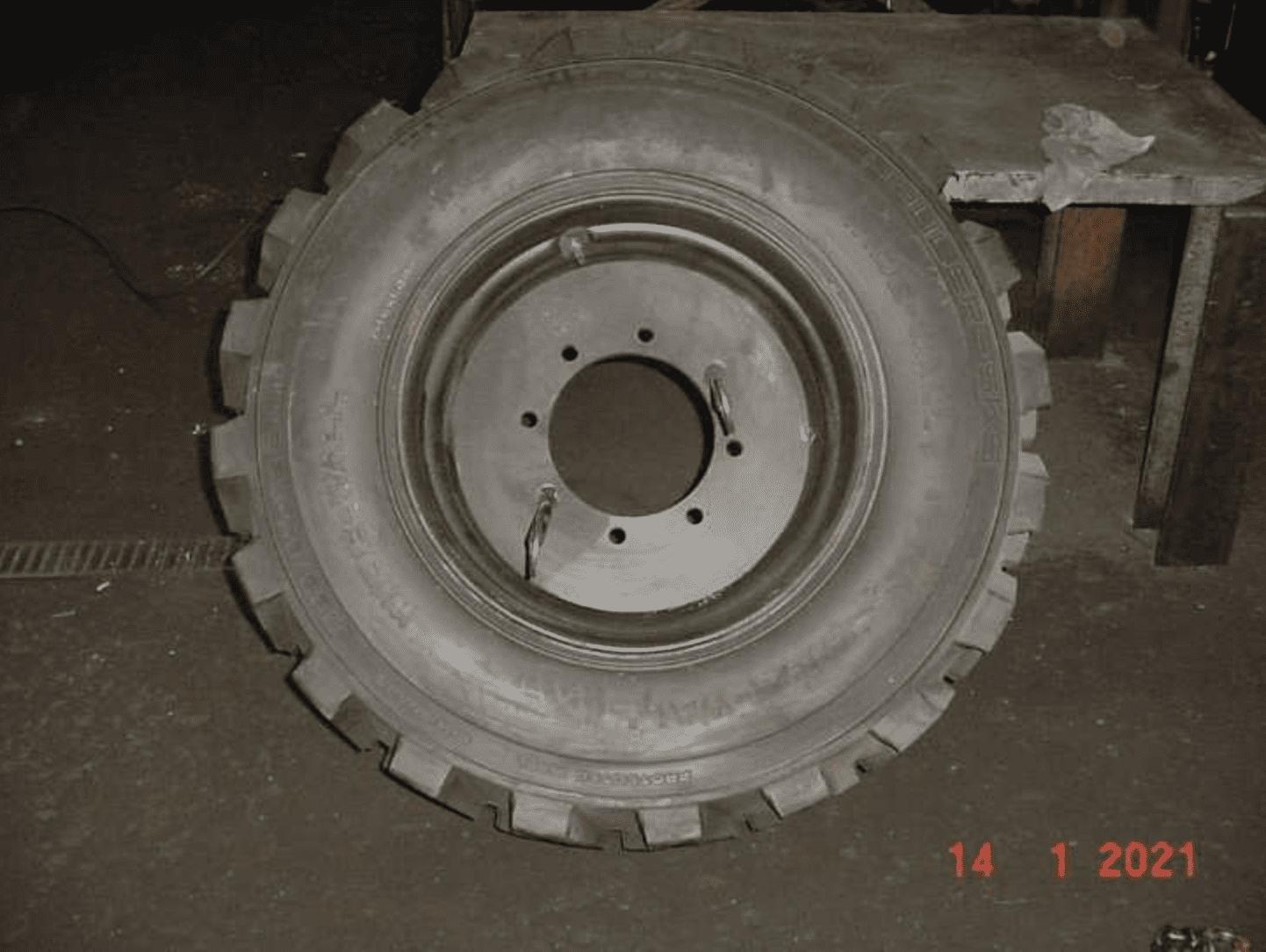 Rad komplett mit 8-Loch Felge aufgeschäumt neu